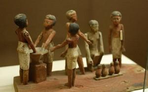 Modelo de madeira mostra egípcios fazendo cerveja. Objeto está no Rosicrucian Egyptian Museum em San Jose, na California (Foto: Reprodução/Wikimedia Commons)