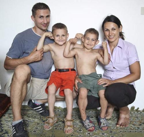 A partir da esquerda, Iulian, Giuliano, Claudio e Ileana Stroe em 2010 (Foto: Barcroft Media/Getty Images)