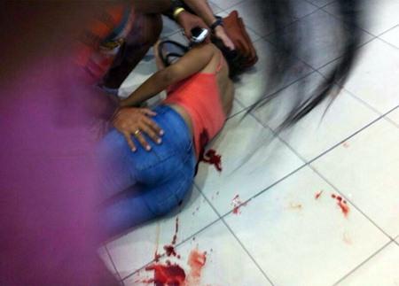 Leitores enviam imagem de uma mulher baleada na altura das costas e apontam para o saldo de quatro feridos. A informação, no entanto, não foi confirmada pela polícia. Foto: Reprodução/ WhatsApp