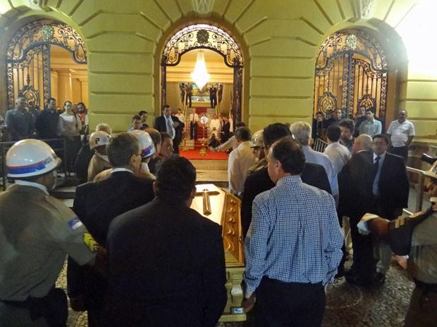 Caixão com corpo do escritor chegou à sede do governo estadual por volta das 22h55 (Foto: Vitor Tavares/G1)
