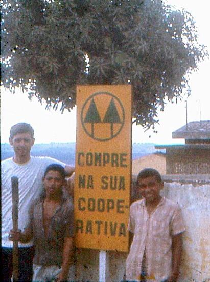 Jay Sessions com crianças e o símbolo do cooperativismo, em 13/01/69