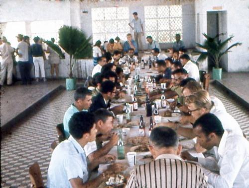 Almoço servido após a solenidade de inauguração da Cooperativa, no Guarany Esporte Clube, no dia 13 de janeiro de 1969.