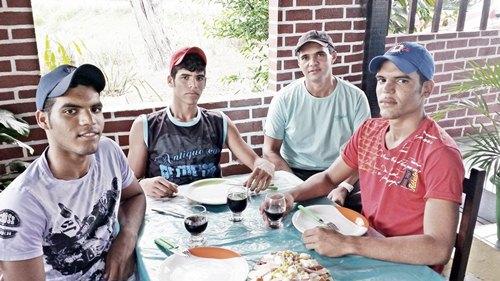 Tássio (de camisa azul) com os jovens clientes Halexsandro, Halex e Hállysson, de João Alfredo.