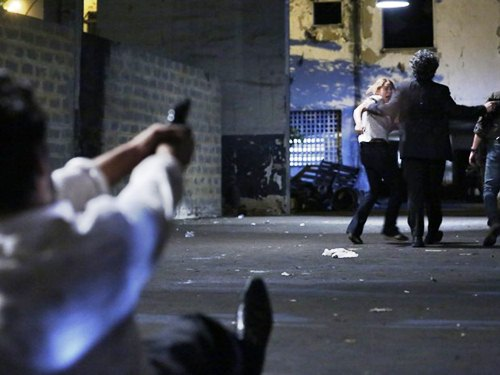 Zé Pedro (Caio Blat) aponta arma para o Comendador (Alexandre Nero) (Foto: Ellen Soares/ Gshow)