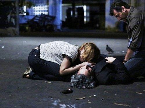 Sobre o corpo de Zé Alfredo, Cristina (Leandra Leal) fica desesperada (Foto: Ellen Soares/ Gshow)