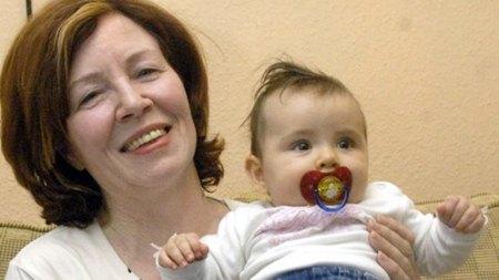 Nessa foto, Raunigk está com 55 anos segurando sua filha mais nova; dez anos depois, ela espera quadrigêmeos