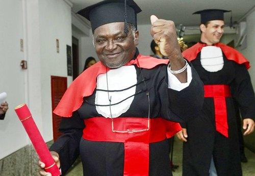 Pedreiro realiza sonho e recebe diploma de graduação em Direito (Foto: Ricardo Medeiros/ A Gazeta)