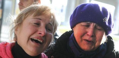 Parentes choram no aeroporto internacional de Pulkovo, São Petersburgo. Foto: OLGA MALTSEVA / AFP