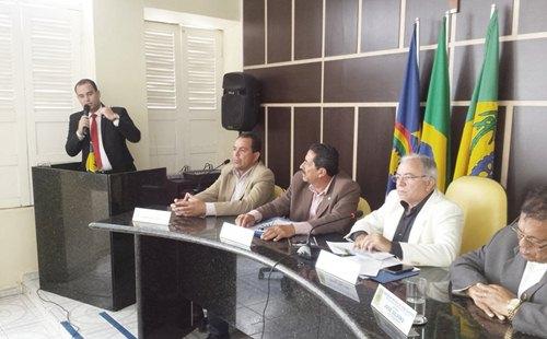 O advogado Tito Moraes fez a explanação da tramitação