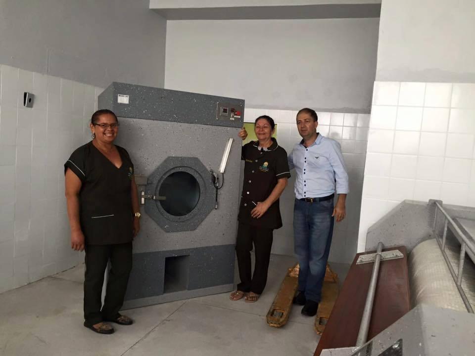 O secretário municipal de Saúde, Aguinaildo Lima, e funcionários da lavanderia