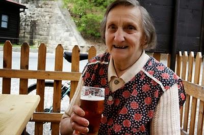 idosa-cerveja