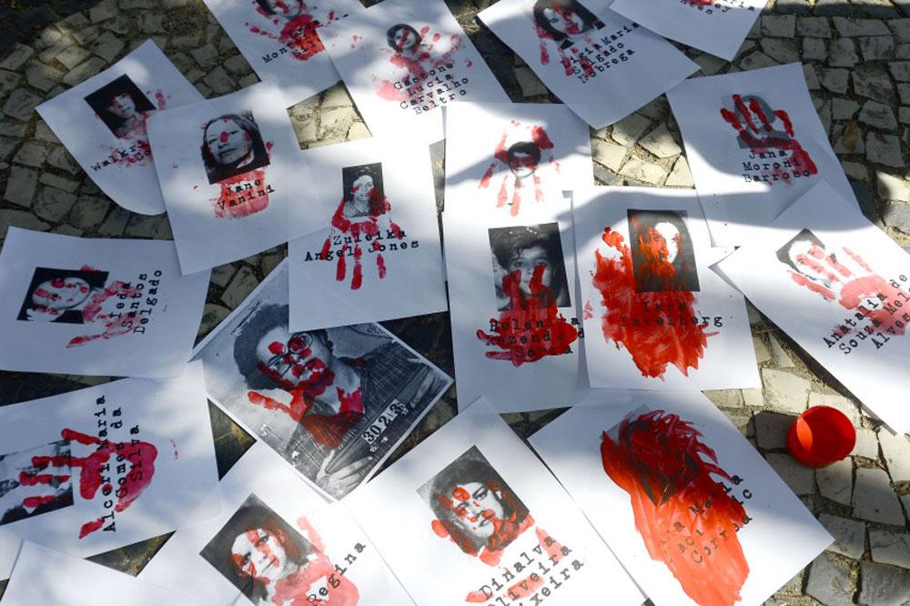 Rio de Janeiro - Ato em memória das mulheres vítimas da ditadura militar, em frente ao 1º Batalhão de Polícia do Exército, onde funcionou o antigo Doi-Codi, zona norte da cidade (Tânia Rêgo/Agência Brasil)