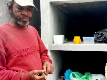 É em um túmulo recém-construído no Cemitério Municipal que o pedreiro desempregado Humberto José dos Santos, de 42 anos dorme todas as noites. (Foto: Alana Fonseca/G1 PR)